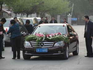 mercedes benz decorated with flowers to newlyweds
