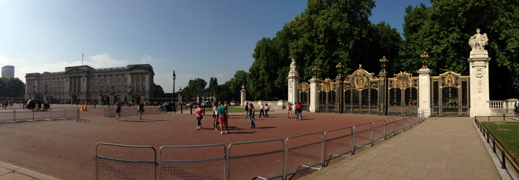 panoramic of buckingham palace and gates of green park