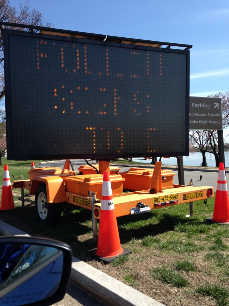 electronic traffic sign sharing message with drivers